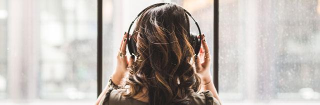 Symbolbild Frau mit Kopfhörern
